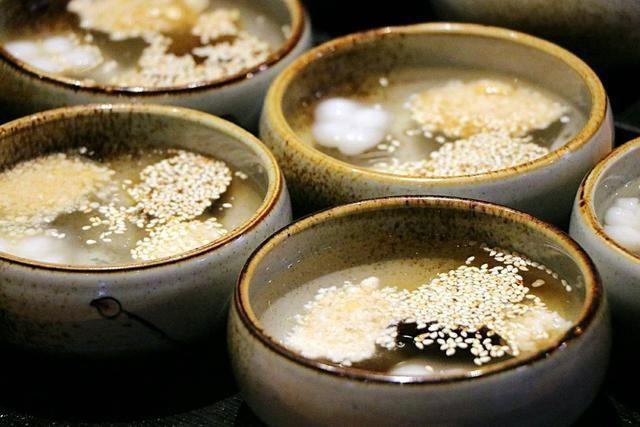 冰冰凉粉昆明人常喝的木瓜水被加入了白酒,花生碎还有小汤圆和甜芝麻羊肚菌一级菌种v木瓜图片