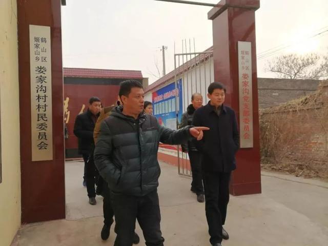 鹤山区检察院齐金伟检察长看望慰问驻村干警