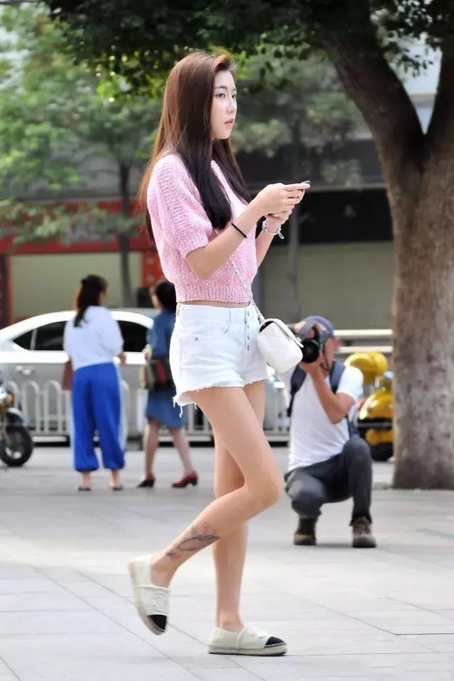 街拍 白裤粉衣的青春性感的小姐姐,纹身霸气有女人味图片