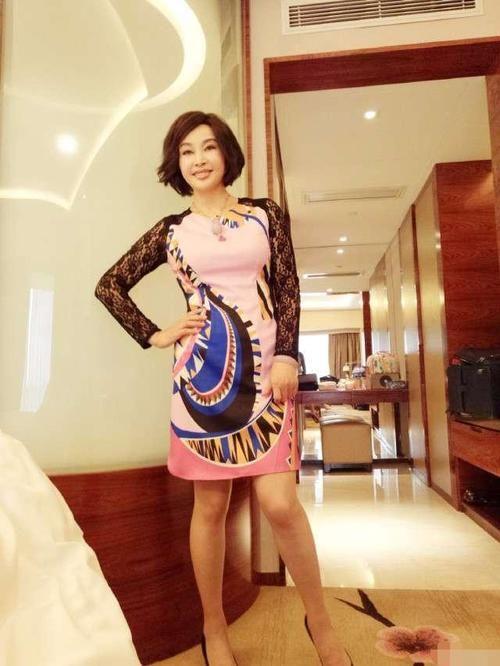 刘晓庆的骚內裤_刘晓庆现身酒店自拍,粉色裙子配黑蕾丝袖显年轻,皮肤太好没谁了