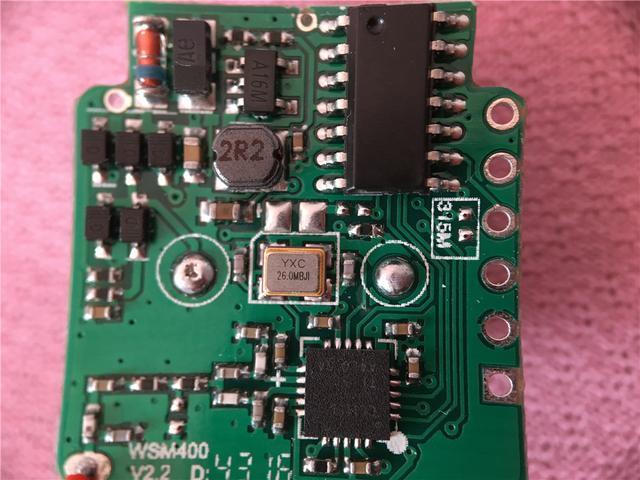 发射器的电路板上的元器件排列工整,焊点饱满,体现了高超的制板工艺.