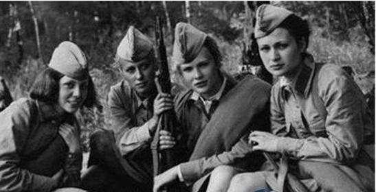 二战德军如何对待俘虏女兵?禽兽不如,难怪柏林沦陷苏军疯狂报复