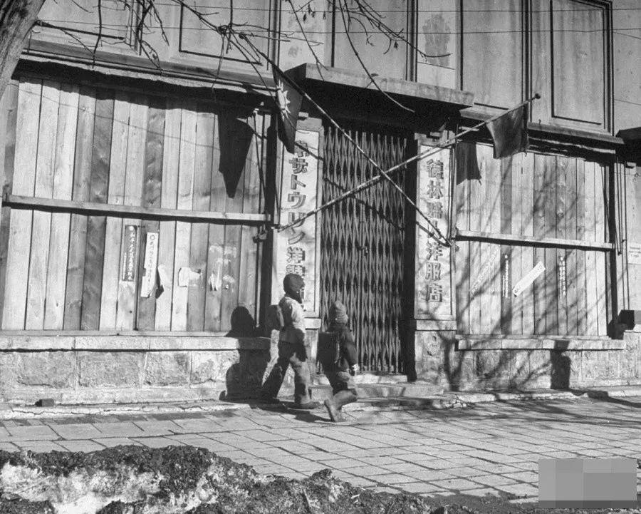 沈阳小贩夏䲹l�9i��kd_1946年3月,中国沈阳.一群贫困的日本小贩正出售酒精饮料.