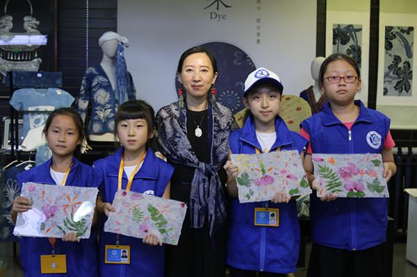 新华小记者在阳希老师的带领下参观了手工基地,阳希为小记者讲解了