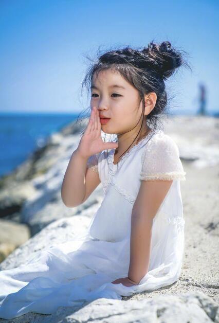 萌娃阿拉蕾身着babydior2018春夏系列现身第71届戛纳电影节.电影布兰卡主题曲图片
