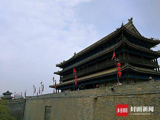 31日晚,在西安大雁塔和大唐不夜城,作为西安最著名的景点之一,前来