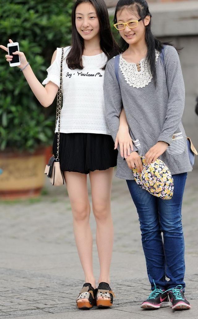 街拍:黑色超短百褶裙 白色短袖t恤的可爱美眉.