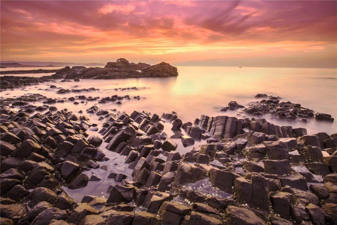 在福建,漳州火山岛组成之一的南碇岛,拥有玄武岩石柱,数量高达140万根