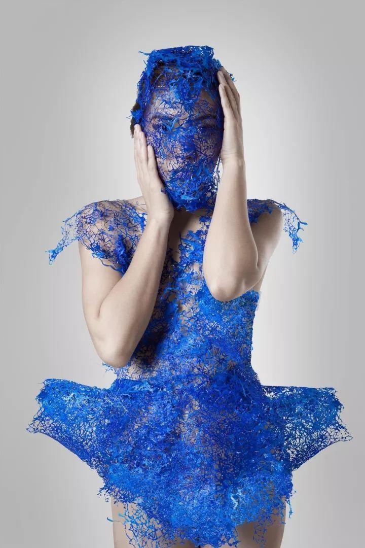 艺术家将塑料袋变成一件蕾丝裙,女孩们疯狂了