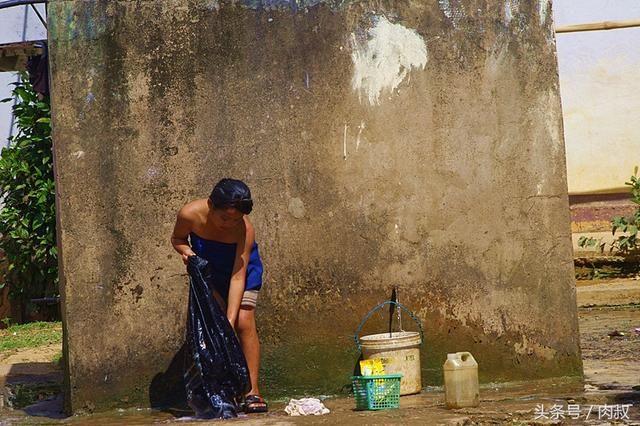 老挝行走第11天,在松紧边洗澡的女生,重返老挝裤少女公路图片