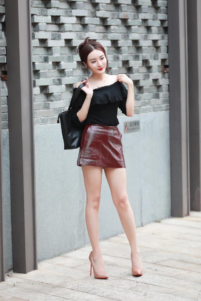 裙搭配_氧气美女出行褐色包臀裙搭配露肩上衣,配上高跟鞋,完美的将美腿的性感
