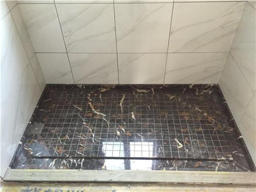 卫生间小,淋浴房怎样装修下水快?现在流行淋浴房拉槽