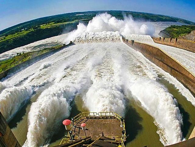 溜溜达达看世界,不慌不忙走天涯。我是溜达君,今天我们来聊一聊被誉为世界七大工程奇迹之一的伊泰普水电站。其实我们很早就认识了这座水电站,在中学的地理课本上。伊泰普水电站坐落在巴西和巴拉圭两国的边境河流巴拉那河流上。  巴拉那河是世界第五大河,在上个世纪70年代,巴西和巴拉圭两国政府共同出资建成了这座当时轰动全球的浩大工程。据悉,伊泰普水电站共耗资170多亿美元(约人民币1086亿元),两国施工人员历时16年艰辛建造完工。  伊泰普水电站的建成的创纪录的,它是当时世界上最大的水电站,不论是装机容量还是发电量