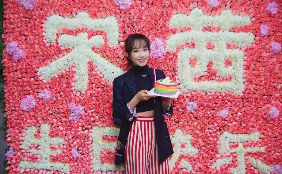 宋茜过30岁生日露细腰 空气刘海少女味足-北京时间图片