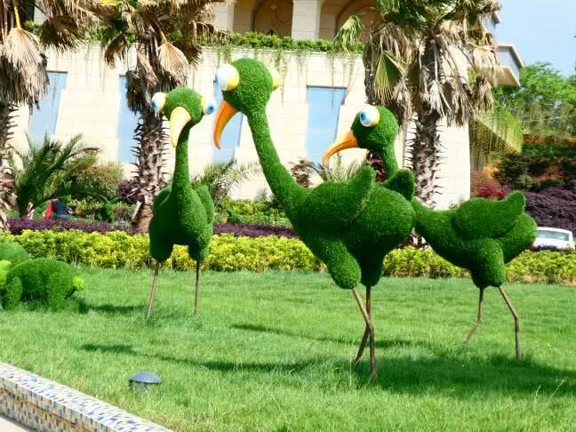 """多种卡通动物""""栖息""""绿色草坪,创意十足,展现技艺精湛的园林技艺,令人"""
