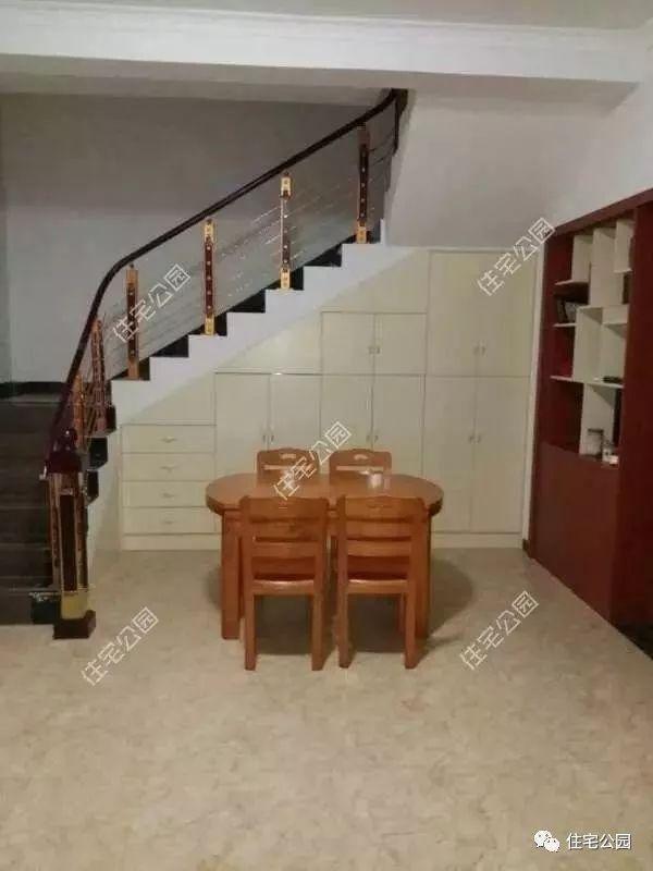 楼梯下方空间设计了储物柜,方便储藏杂物;餐厅与客厅设计在了一起