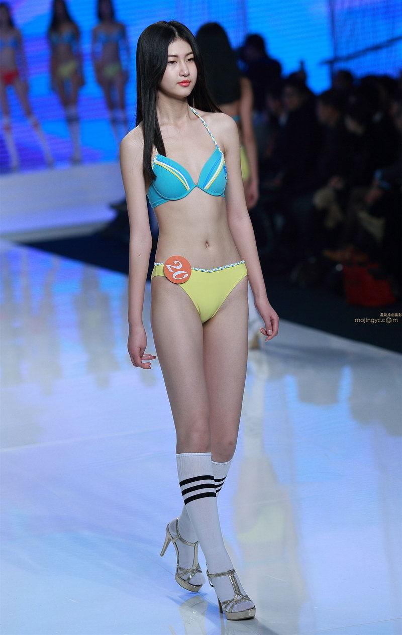 模特选美大赛上的比基尼泳装美女,身材纤瘦时尚性感