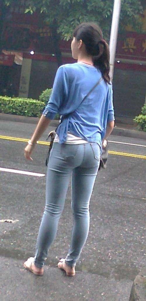 街拍: 美女紧身裤穿了太紧, 路人看着都觉的尴尬