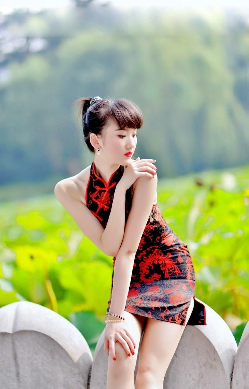 荷花池边的靓丽长腿旗袍美女-荷花池风景美人也美