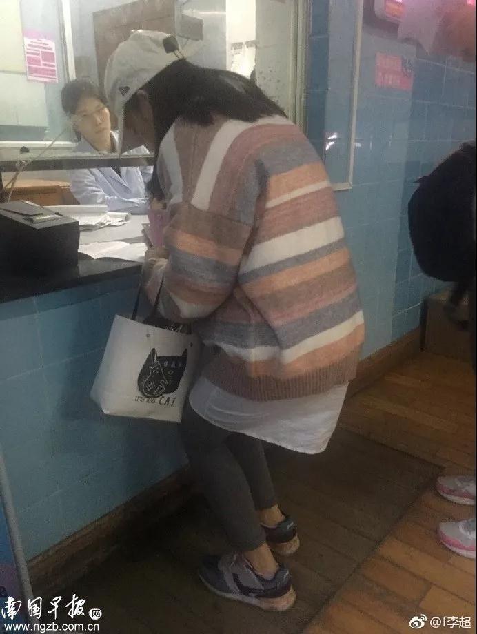 广西一医院窗口低矮孕妇需半蹲填表 院方:尽快整改图片