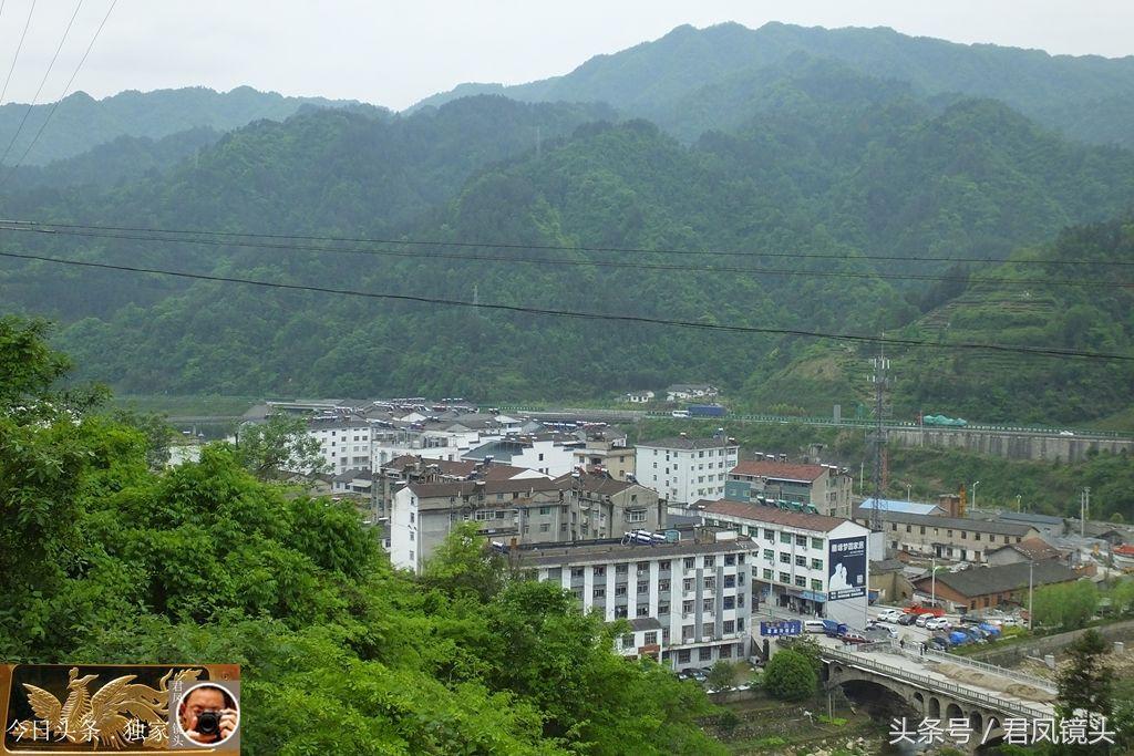 湖北宜昌:农村乡镇掠影,雾渡河镇!越过山丘来看你!民俗读物多
