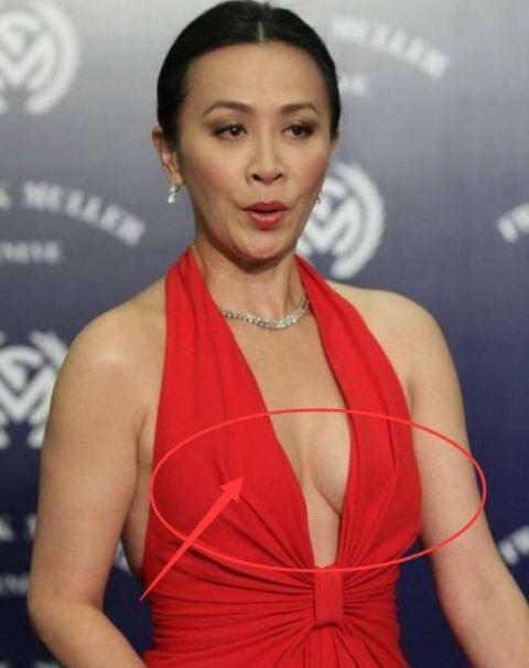 刘嘉玲漏逼_刘嘉玲给人的印象一直都是很优雅的,步入老年的她,每一次出场总能让人