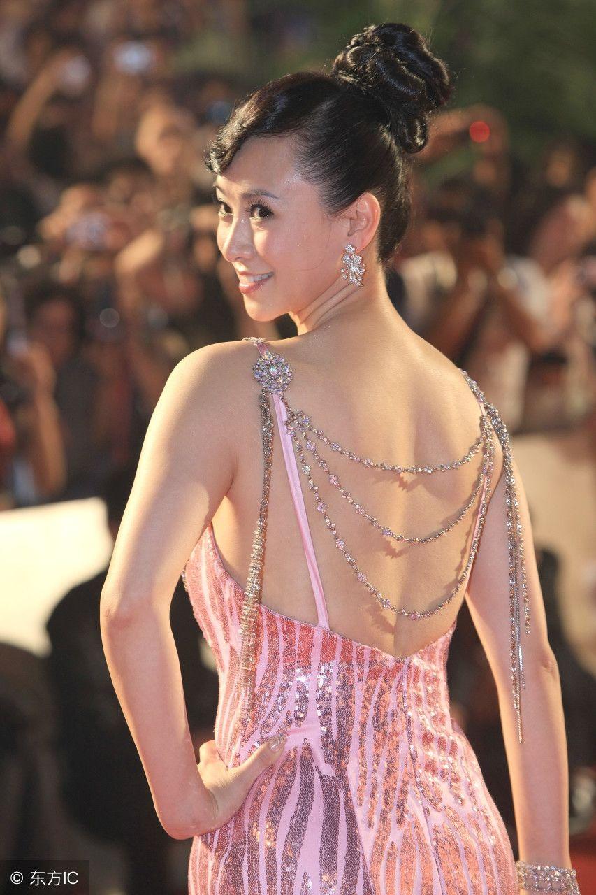 翁虹出席活动,网友评论:她一转身眼睛都冒火了