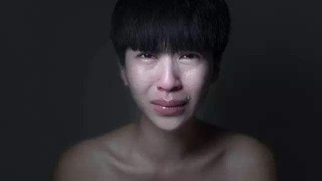 一个男生弄哭了500个女孩,戒指却说,谢谢你!戴法对方女生图片