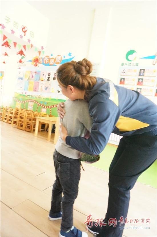 李小莉带着鲜花来到幼儿园看望小浩宇
