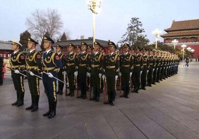 解放军负责天安门国旗护卫:原来的国旗护卫队去哪了?