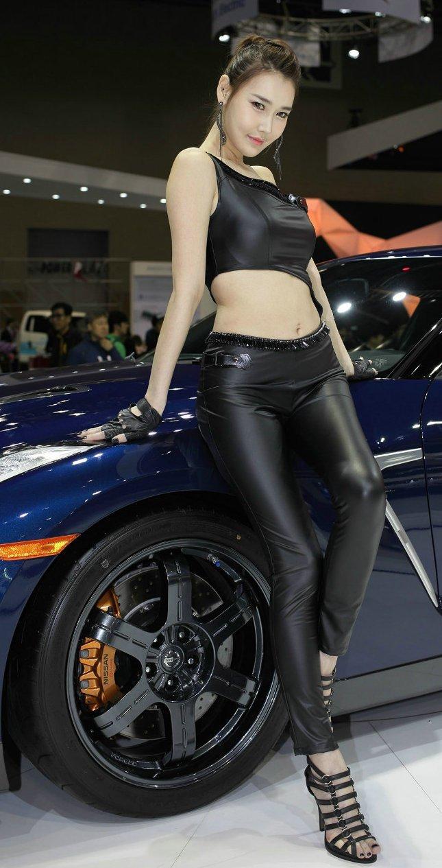 韩国壁纸李晓英性感写真:车模皮裤紧致黑色性感女身材艺人杨幂图片