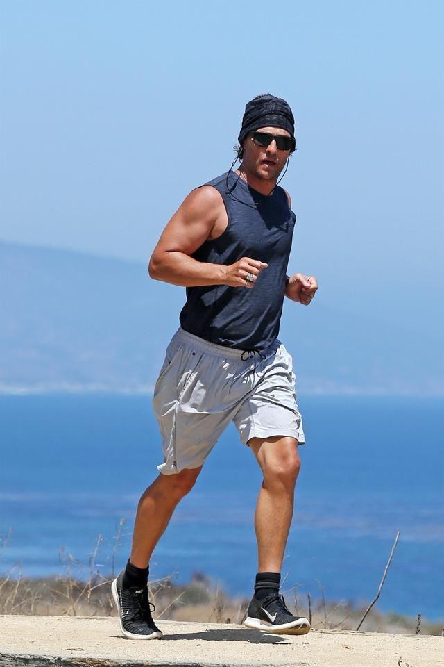 影帝马修麦康纳马里布海边跑步锻炼,大家的眼光却不在