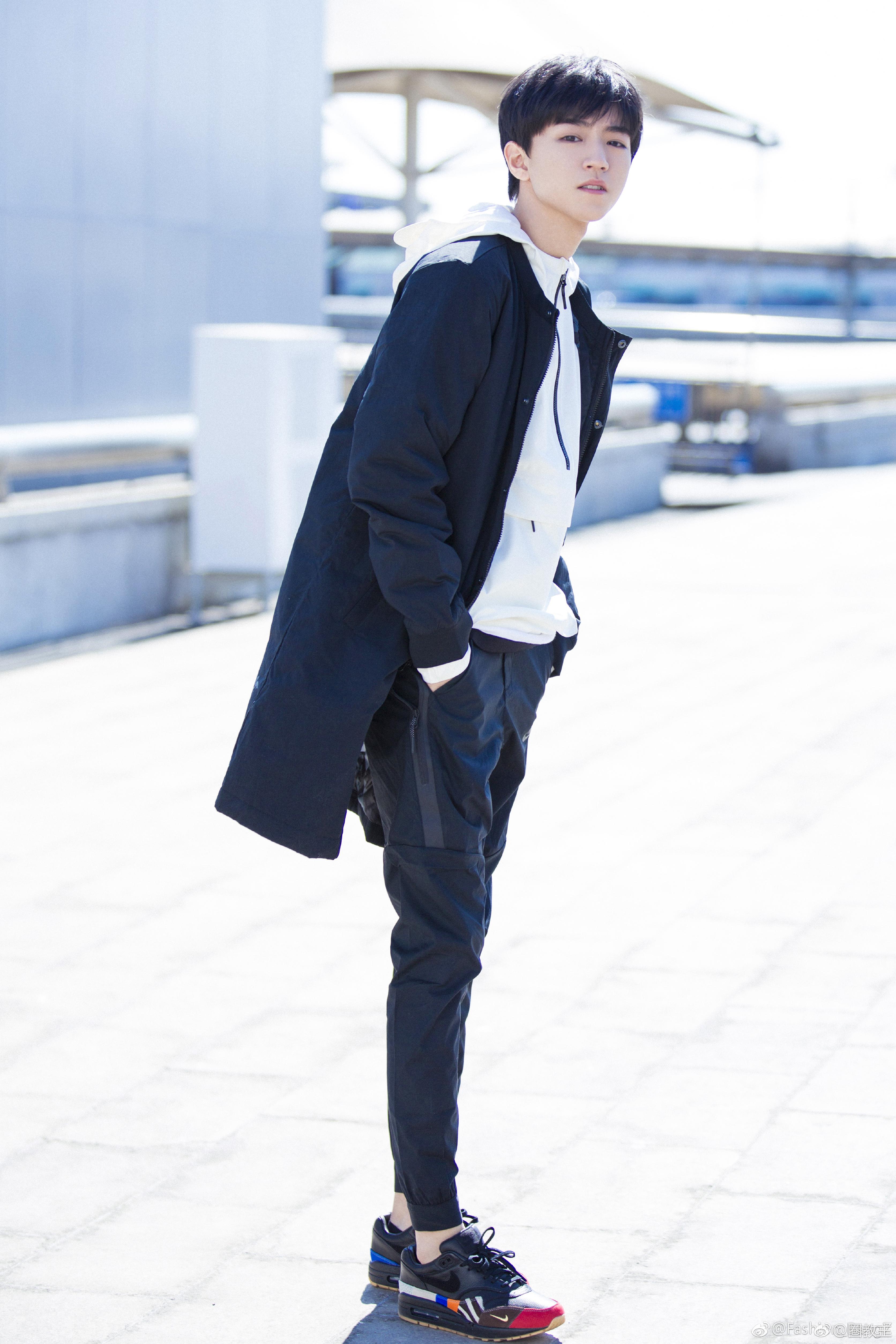 王俊凯身穿nike air max 1 master鞋履亮相机场,动身前往美国图片