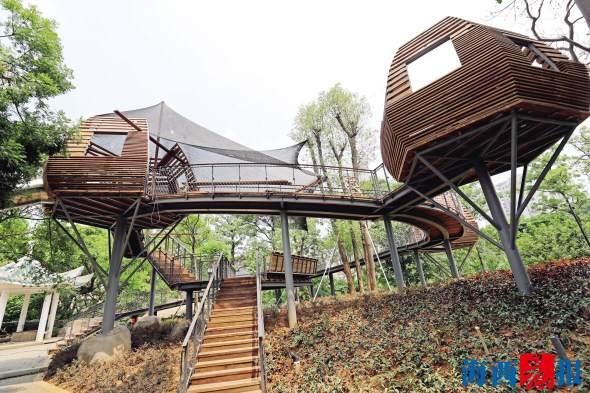 沿着山体建设的森林木屋和栈道.陈理杰