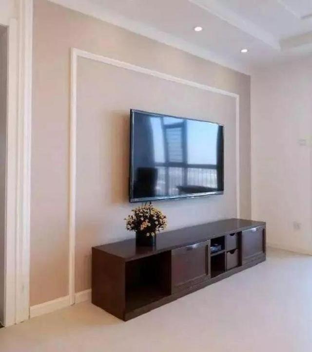 电视墙贴了粉色的壁纸,用石膏线装饰了一圈,还是挺好看的.