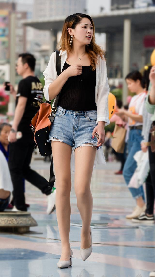 街拍美女:肉感女生最可爱,好身材加热裤,美女的回头率