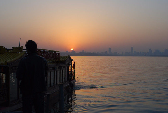 武汉东湖风景区位于武汉市城区的武汉二环线与武汉三环线之间.