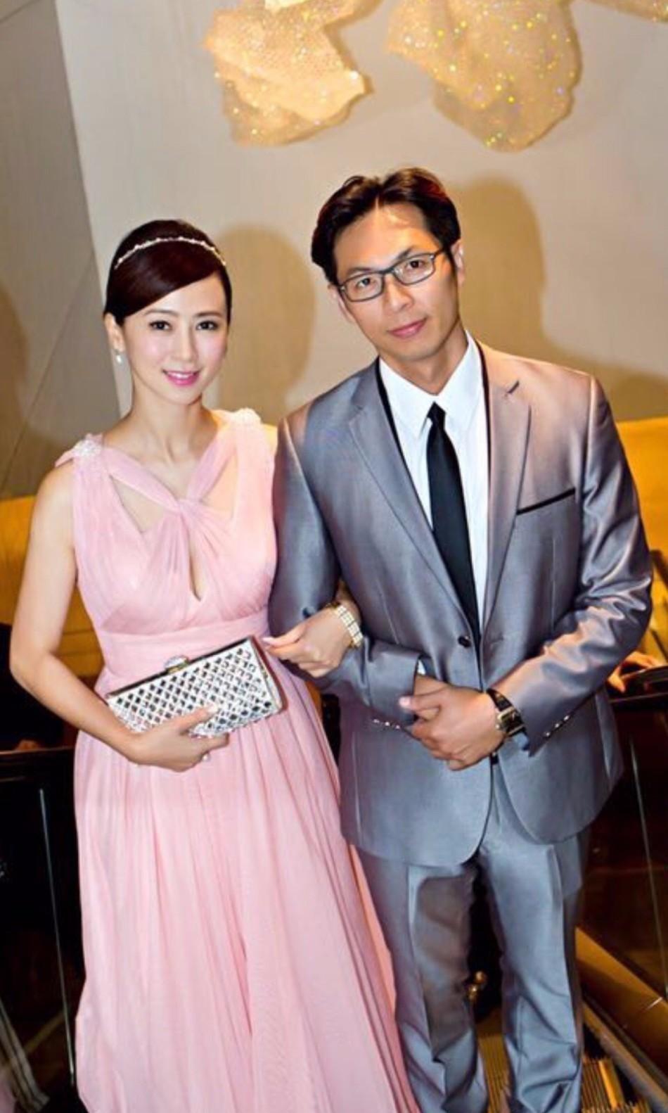 1月17日,翁虹在微博晒照庆祝结婚十周年,并配文称: