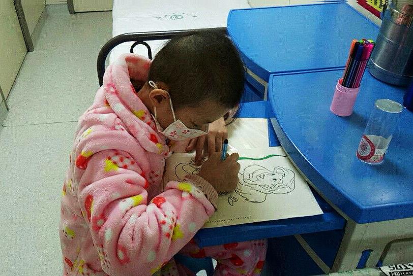 心酸!10岁白血病女孩画长发美人鱼父母生长剃到女含泪米八一图片