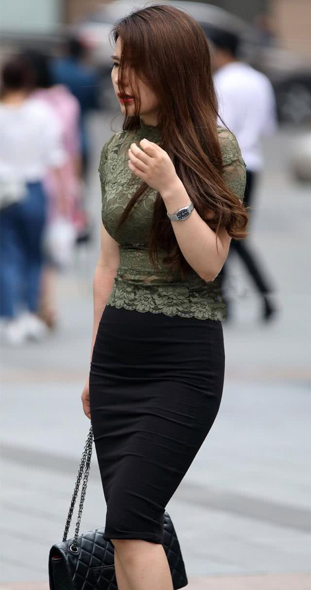 街拍:美少妇包臀裙凸显曼妙曲线 网友:圆润臀部什么的