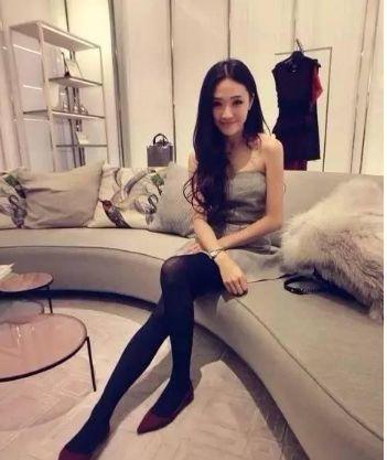 亚洲唯美丝袜_灰色包臀裙子配黑色不透肉丝袜好看吗?