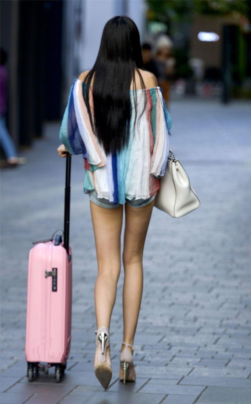 街拍,美女一头乌黑长发,穿着时尚细脚高跟尽显修长