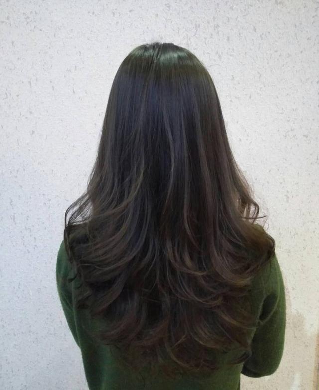 如果问长发去做一个烫发发型,怎么才是最好看的,那一定是大卷为代表.图片