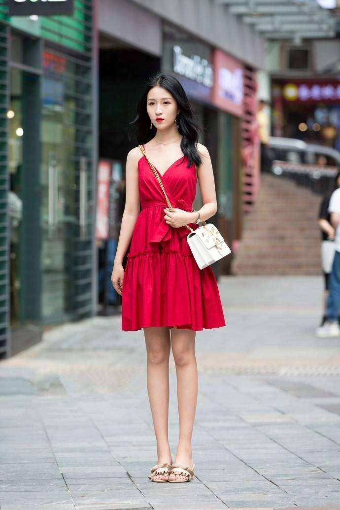 重庆街拍, 姿态优美的连衣裙美女, 气质十足, 满满的女人味!