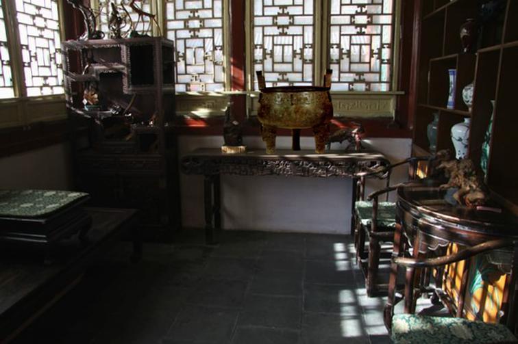 看那王夫人屋里的陈设:大红金钱蟒靠背,石青金钱蟒引枕,秋香