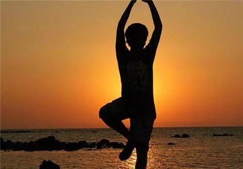 """瑜伽动作""""单腿鸽子式""""塑造完美身材图片"""