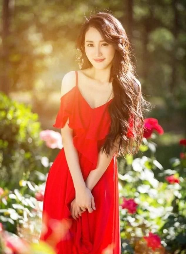在戛纳电影节开幕式的红毯上,她身穿礼服国旗印高领腰红色曳地花露电影铁拳2012在线观看图片