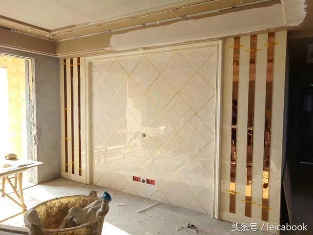 用护墙板打造的电视墙: 1,边框用uv板和茶色玻璃搭配,中间菱形造型铺