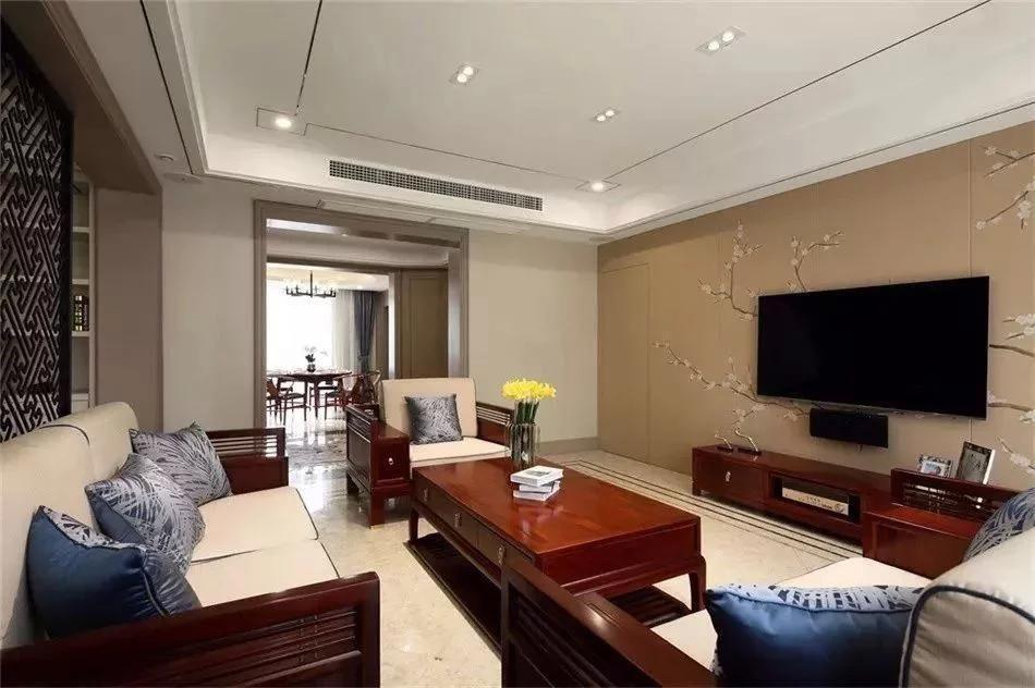 客厅 客厅,顶面天花刷白,然后用不锈钢线条装饰,线条感及层次感都图片