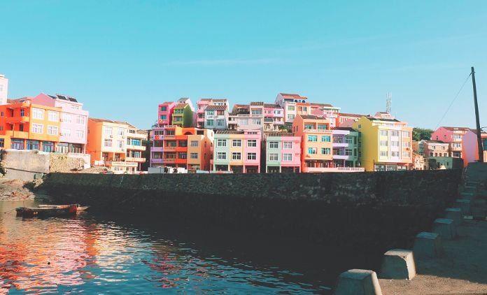 彩色的房子,错落有致的矗立在海边,既少女又梦幻,连台阶都是可爱的